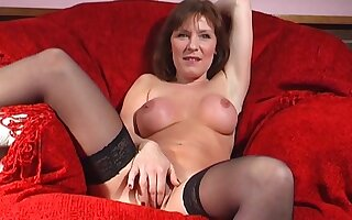 Mature slut Wendy Taylor opens her legs to drill her fuck hole