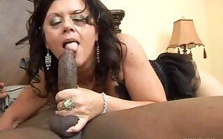 Experienced Mature De'Bella In Interracial Action