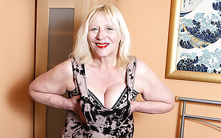 Raunchy British Housewife Bringing off With Their way Hairy Snatch - MatureNL